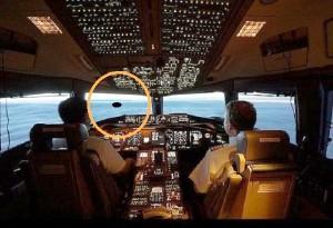 Alien craft overshadows commercial plane in Virginia